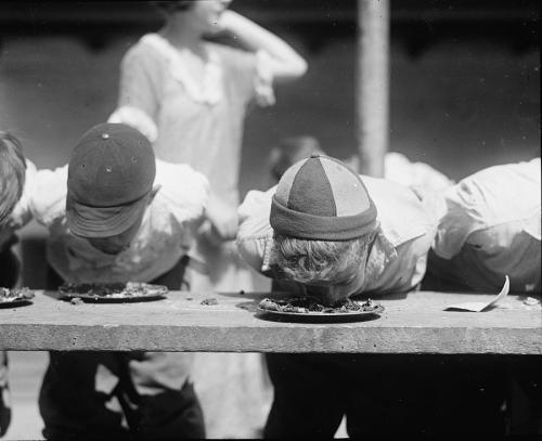 Pie_eating_contest_1923